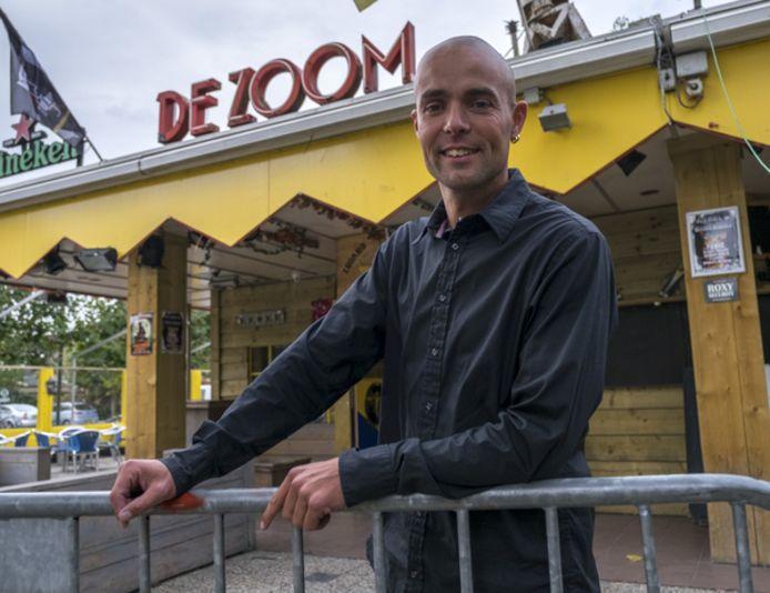 Jeroen Giele, eigenaar van Pinky's en De Zoom, wil jongeren iets blijven bieden in Renesse.