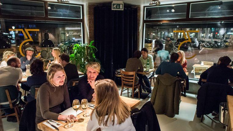 Het dichtstbijzijnde restaurant is in Amsterdam slechts 300 meter om de hoek. Beeld Mats van Soolingen