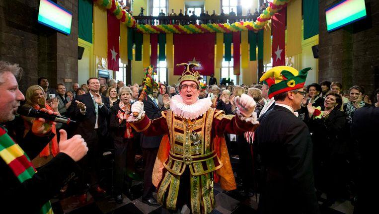 Prins Henri de Eerste neemt de sleutel van de stad in ontvangst tijdens de carnavalsviering in het stadhuis van Maastricht. Beeld anp
