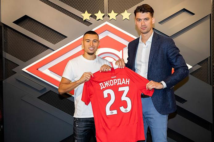Jordan Larsson met het shirt van zijn nieuwe club.