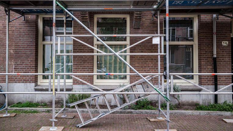 Opknapwerk in de KInkerbuurt. Veel investeerders kopen woningen in Amsterdam op om die te verhuren Beeld Rink Hof