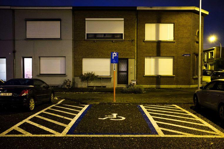 De perfecte parkeerplaats voor mensen met een handicap, waar men langs beide zijden een gemarkeerde zone heeft.