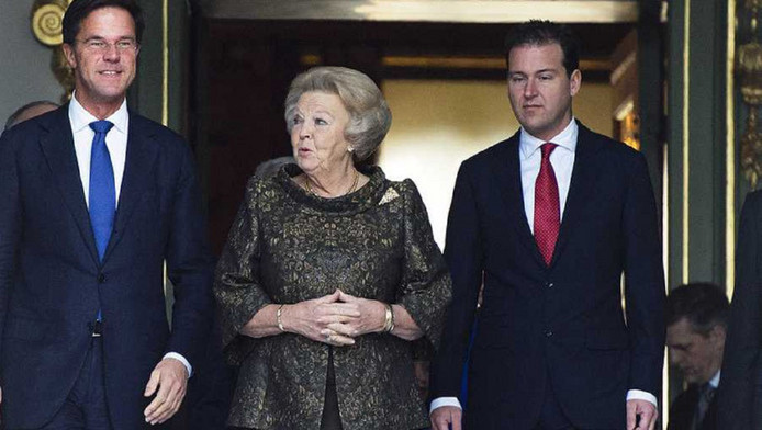 Koningin Beatrix komt met minister-president Mark Rutte (L) en vicepremier Lodewijk Asscher naar buiten op op het bordes bij Paleis Huis ten Bosch. De beëdiging van het kabinet Rutte II vond plaats op 5 november 2012.