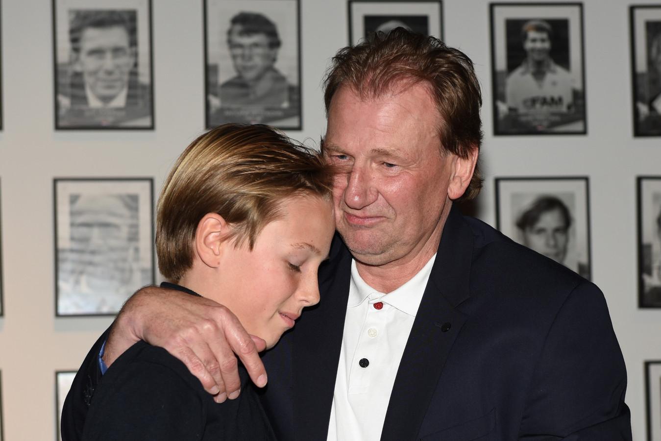 """Michel Boerebach overhandigt zijn zoon Lyns het eerste exemplaar van zijn boek """"Hoi Papa"""". Het zorgt voor een emotioneel moment."""