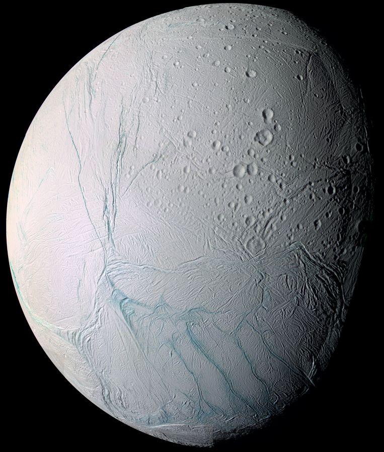 IJsmaantje Enceladus, inclusief tijgerstrepen op zijn zuidpool. Beeld NASA