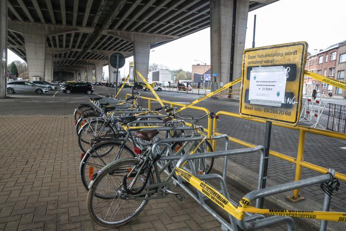 Verbod om te parkeren onder de viaduct van Gentbrugge.