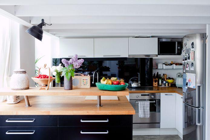 Ook in de keuken etaleert Cécile kleurrijke spullen.