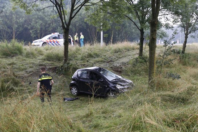 De auto ligt in de greppel naast de A77.