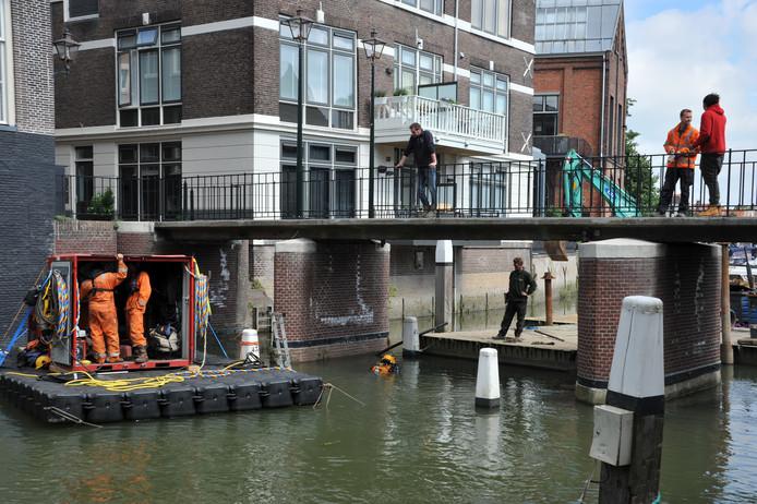 In de Dordtse Voorstraathaven wordt gewerkt: er worden drempels verwijderd.
