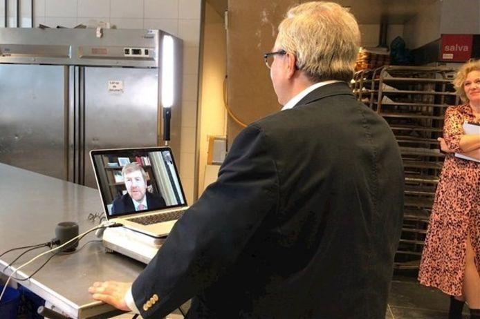 Bewoner Kees van De Hage via een beeldtelefoon in gesprek met koning Willem-Alexander.