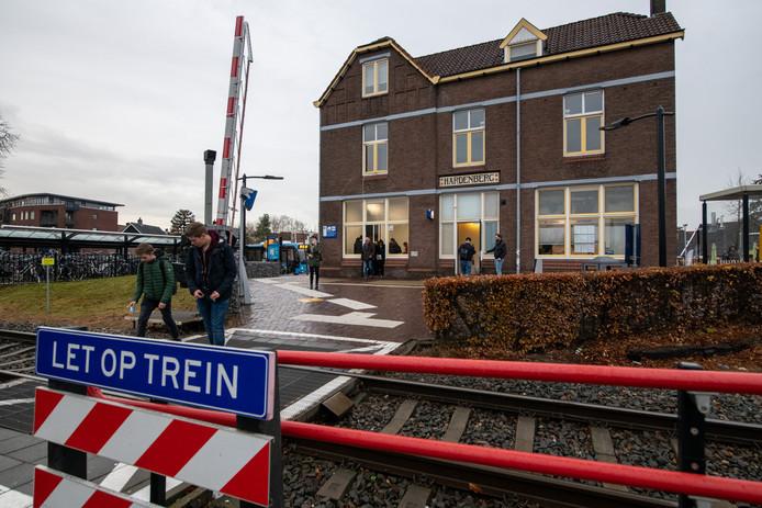 Treinreizigers op het station in Hardenberg.