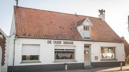 Sloophamer hangt boven café Winkel Koerse