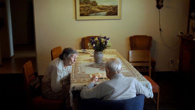 Vrouw op bezoek bij haar dementerende man in een van de huiskamers van het Anton Pieckhofje in Haarlem, 2005. Beeld Joost van den Broek / de Volkskrant