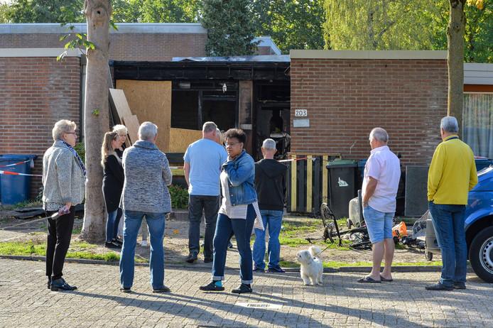 Daags na de brand komt de buurt bijeen om het gebeuren te verwerken en hun onfortuinlijke buurman te steunen.