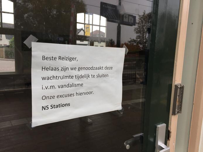 Het bericht van de NS over het sluiten van de wachtruimte.