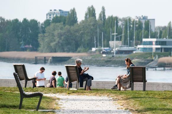 Archiefbeeld. Uitrusten op een bankje in het Droogdokkenpark in Antwerpen is vanaf maandag opnieuw toegelaten.