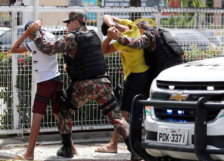 Militaire politie controleert verdachten.