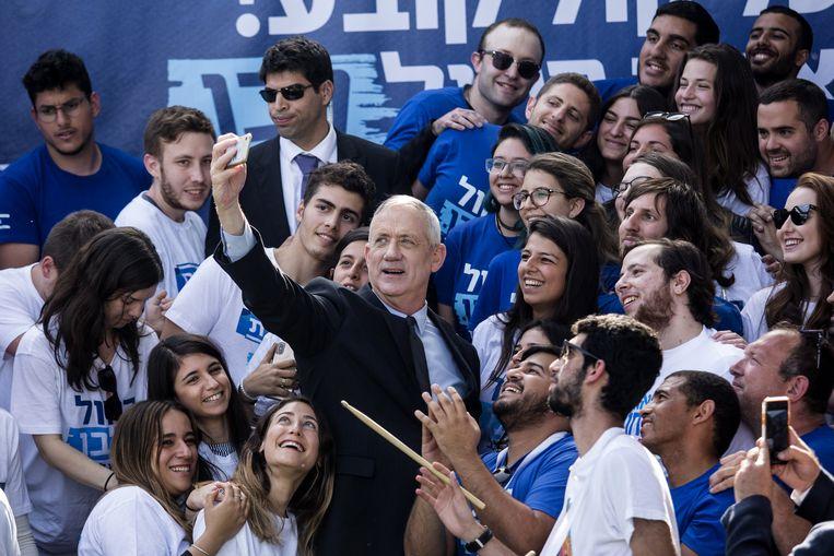 Oud-generaal Benny Gantz maakt een selfie met aanhangers op het hoofdkantoor van de gelegenheidsformatie Blauw-Wit in Tel Aviv. Beeld Getty Images