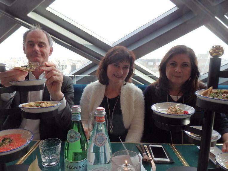 De overburen aan tafel: Koen van Gulik (Wereldbibliotheek), Colette Beyne (Keuken van Colette) en foodwriter Joyce Huisman. Beeld Schuim