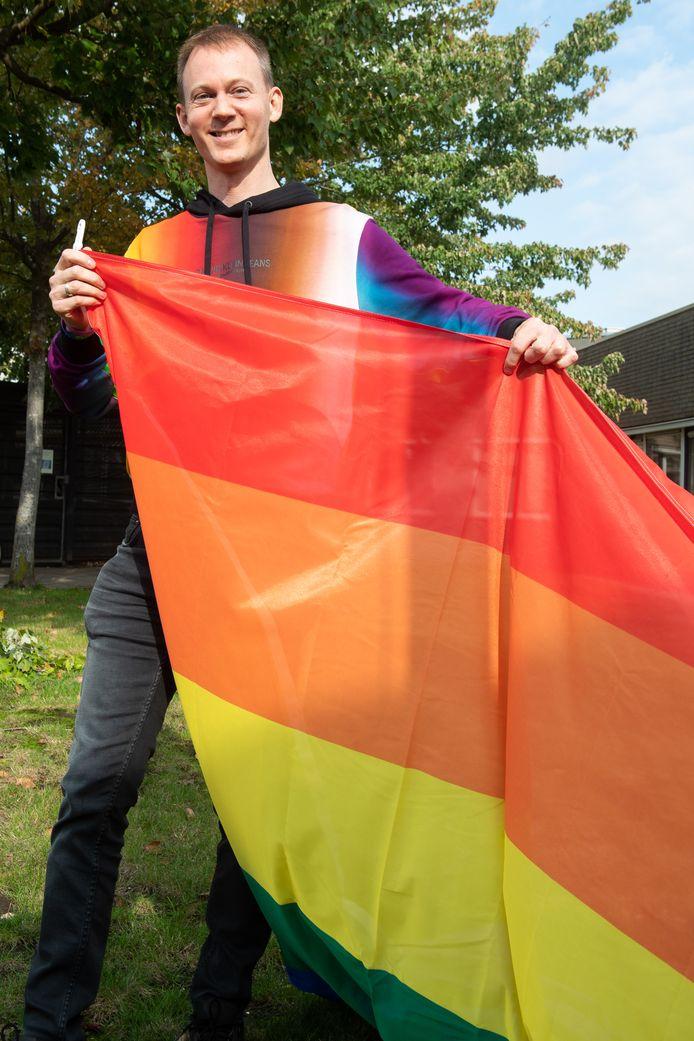Thierry Koningstein met de regenboogvlag.
