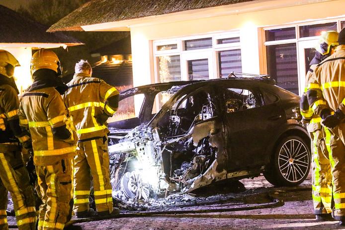 Brandstichting is waarschijnlijk de oorzaak van het vuur dat de Porsche Cayenne volledig verteerde.