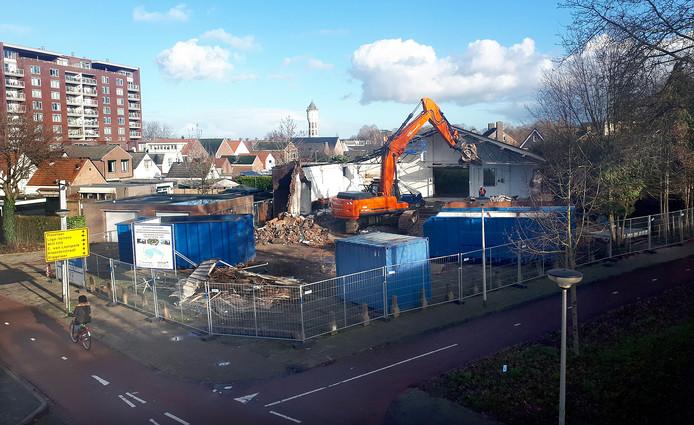 Autobedrijf en garage bij Kroevenpoort in Roosendaal gesloopt voor drie woningen.