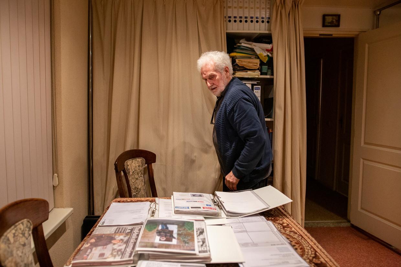 Rini Wagtmans in zijn kantoor, omringd door de spullen die hij in de loop der jaren over Rudi Lubbers heeft verzameld. Beeld John van Hamond