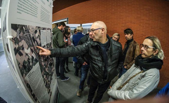 Op een infomarkt in OC Tap zijn destijds enkele scenario's voorgesteld om zwaar verkeer te weren uit de dorpskern van Moen.