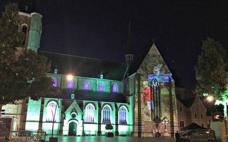 Elke avond kunnen marktbezoekers genieten van het lichtspektakel op de Sint-Amandskerk.