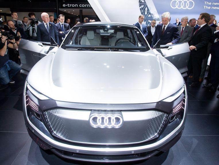 Koning Filip wordt rondgeleid op de stand van Audi.