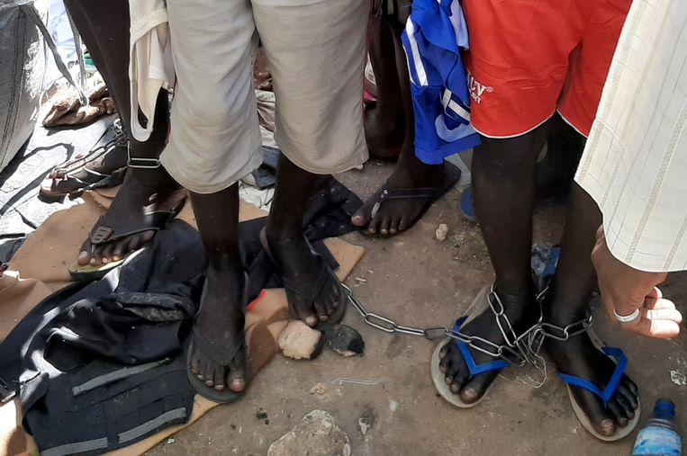 Jongemannen met kettingen om hun voeten werden bevrijd door de politie in Katsina uit een islamitische school. Beeld REUTERS