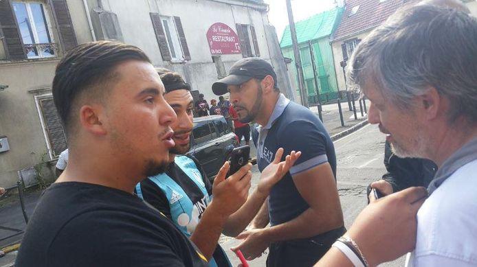 Gisteren kwamen moslims uit de buurt de restauranteigenaar (rechts) aan de tand voelen.