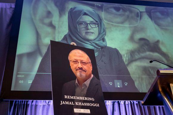 Een foto van de vermoorde journalist Jamal Khashoggi. Achteraan een beeld van zijn verloofde Hatice Cengiz.