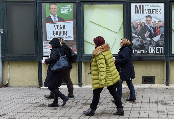 Posters van Gabor Vona, de leider van Jobbik, de partij die van extreem-rechts wat is opgeschoven in de richting van het politieke midden.