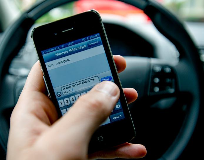 De politie begint een groot offensief tegen het gebruik van smartphones in de auto. Er komen intensieve controles op automobilisten die tijdens het rijden hun mobiele telefoon gebruiken.