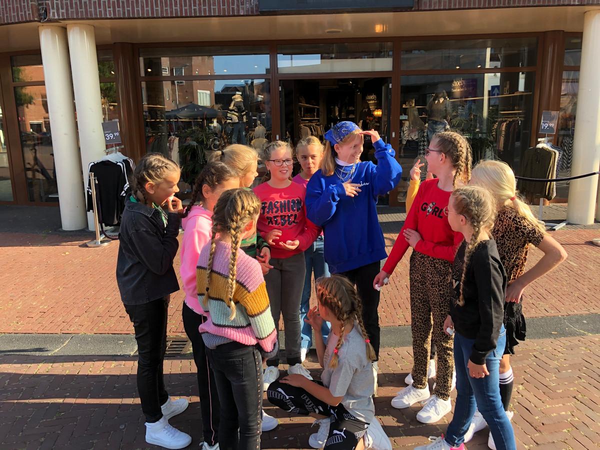 De meiden bereiden zich in al vroegte voor op de gedanste modeshow in De Hoge Wal.