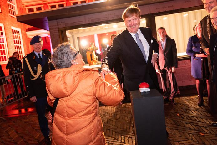 Koning Willem-Alexander zette bij de start van de 400ste verjaardag van de Dordtse Synode symbolisch de robotarm in beweging.