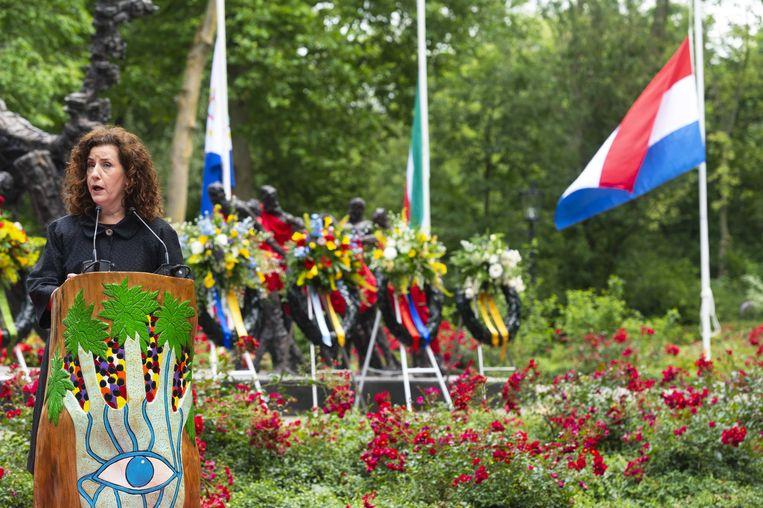 Minister Ingrid van Engelshoven bij het Nationaal Monument Slavernijverleden, tijdens de nationale herdenking van het Nederlands slavernijverleden.  Beeld ANP/Evert Elzinga