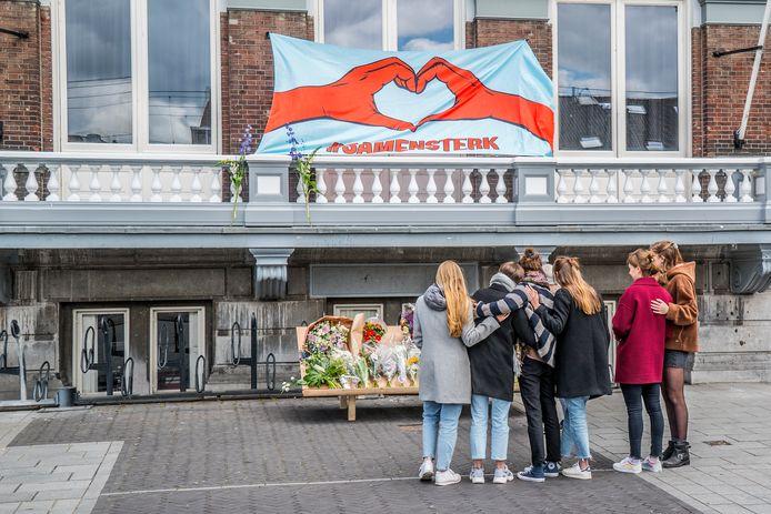Bij de studentensociëteit van Max en Mathijs in Delft worden bloemen gelegd.
