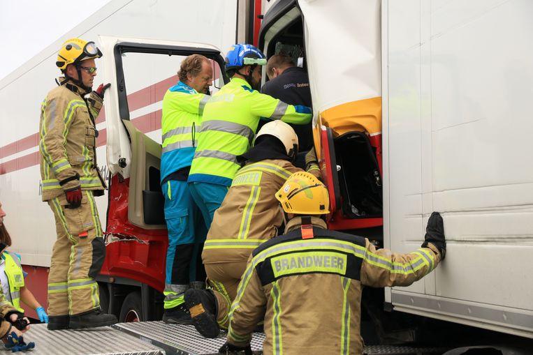 De brandweer moest dinsdagmiddag een trucker uit zijn cabine bevrijden nadat hij op zijn voorligger was ingereden.