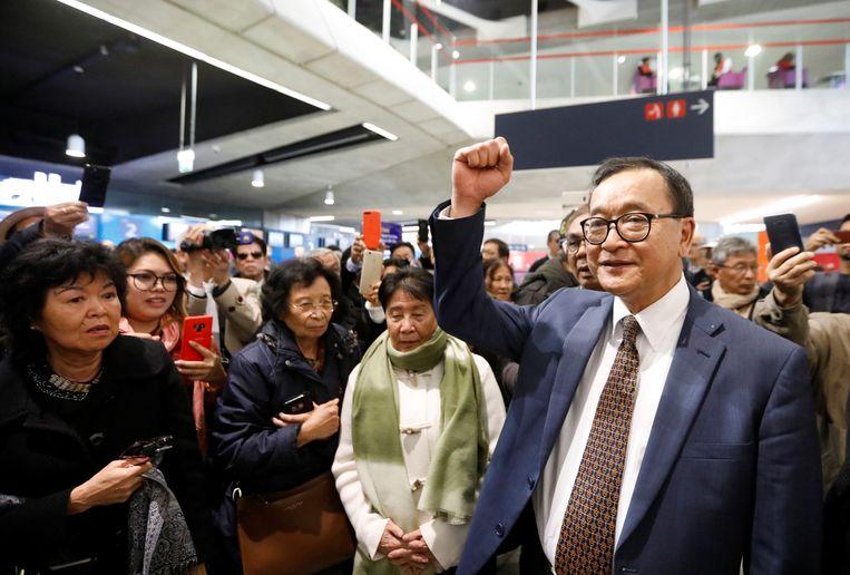 Oppositieleider Sam Rainsy kreeg donderdag op het vliegveld van Parijs te horen dat hij niet welkom was op de vlucht naar Thailand.  Beeld REUTERS