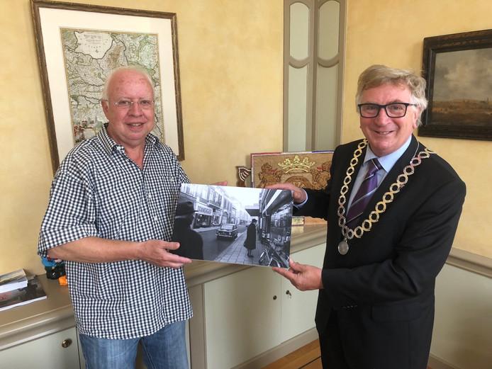 Overhandiging van de 100.000ste scan van Kees van de Graaf aan burgemeester Geert van Rumund.