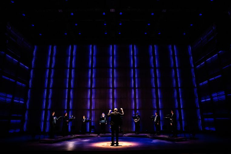 Het Nederlands Kamerkoor, donderdag in het verduisterde Muziekgebouw aan het IJ. Beeld Melle Meivogel