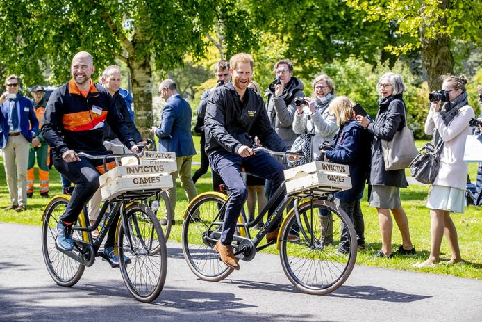 Atleet Dennis Van Der Stroom, Prins Harry en gastheer Luitenant Generaal b.d. Mart de Kruif fietsen door het park tijdens de presentatie van de Invictus Games The Hague 2020.