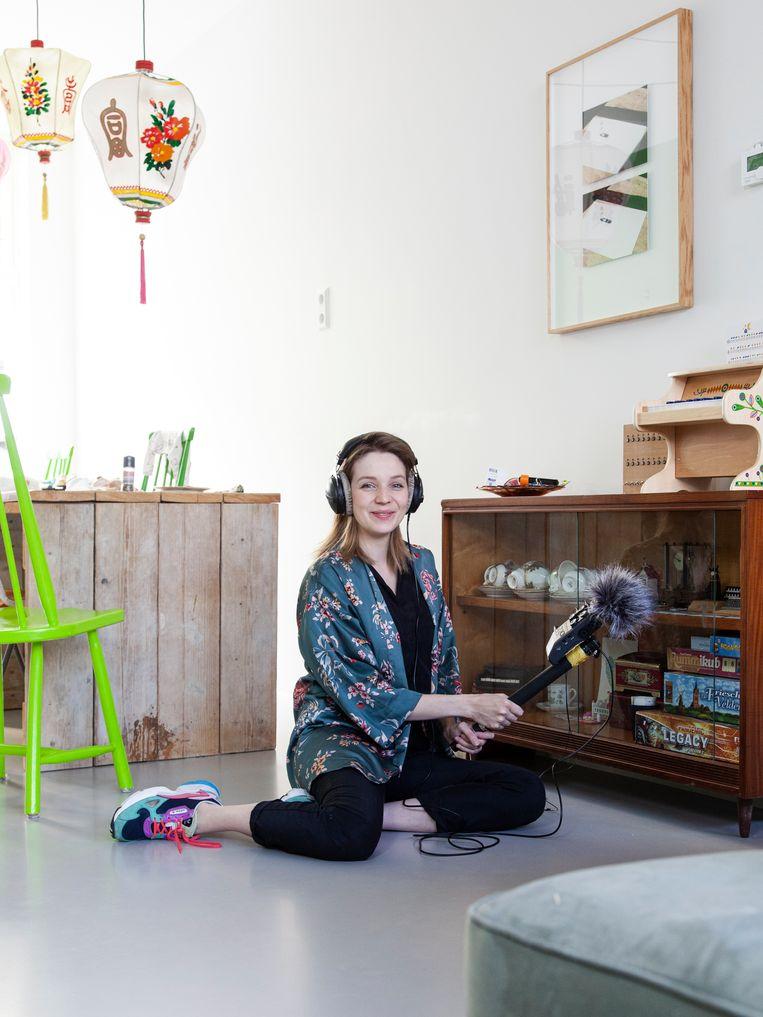 Geluidskunstenaar Elise 't Hart verzamelt huisgeluid, inclusief dat van haar konijn Coco (dat veelvuldig wordt beluisterd op haar website). Beeld Adriaan van der Ploeg