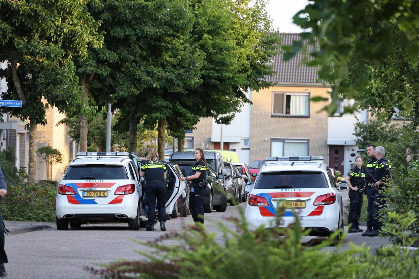 De politie houdt zes mensen aan bij een vechtpartij op de Akkerwinde in Sprang-Capelle.