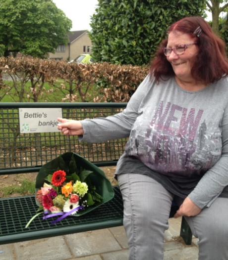 Applaus en tranen: na drie jaar heeft Bettie in Helvoirt 'haar' bankje weer terug