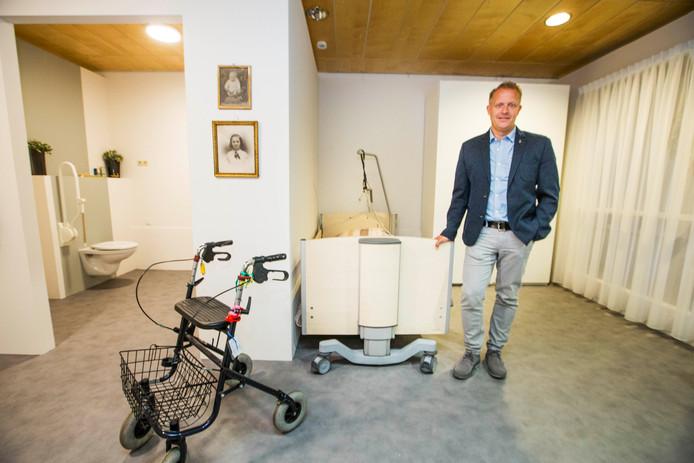 Pascal van der Kraaij in het modelappartement, dat is nagebouwd in het oude verpleeghuis De Lozerhof. Op de foto's onder details uit het modelappartement.