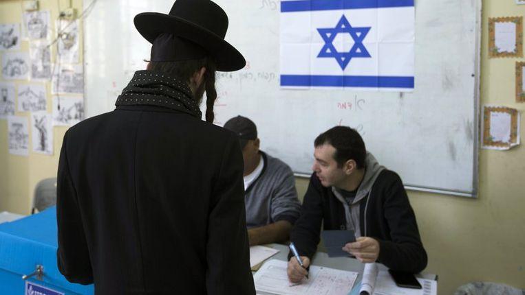 Een ultra-orthodoxe jood, dinsdag in een stembureau in Jeruzalem. Beeld reuters