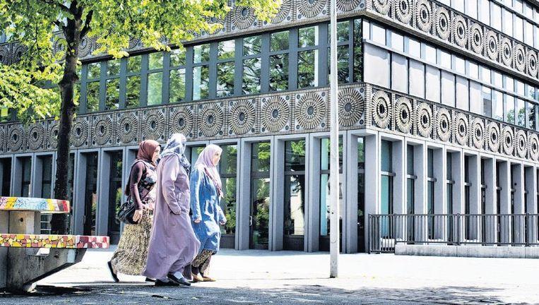 Het August Allebéplein in de Amsterdamse wijk Slotervaart is een ontmoetingsplaats voor de moslims in dit deel van de stad. De mensen op de foto's komen niet voor in het verhaal. Beeld Patrick Post